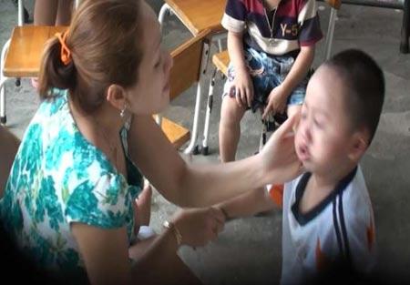 bạo hành trẻ em nhà giữ trẻ