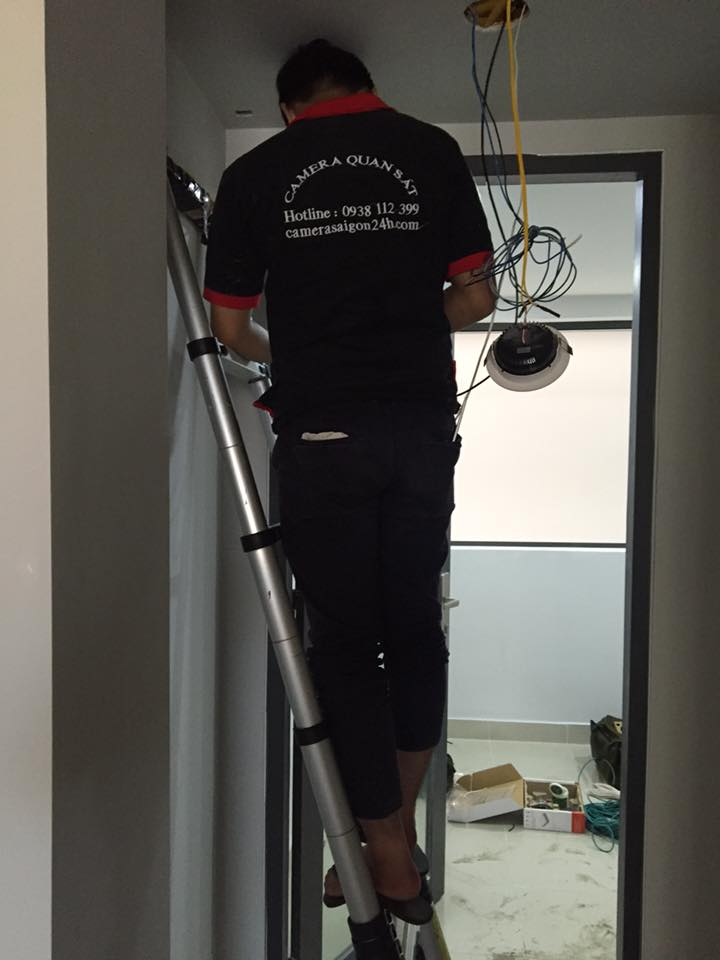 nhân viên đang thi công lắp đặt camera quan sát thương hiệu kbvision