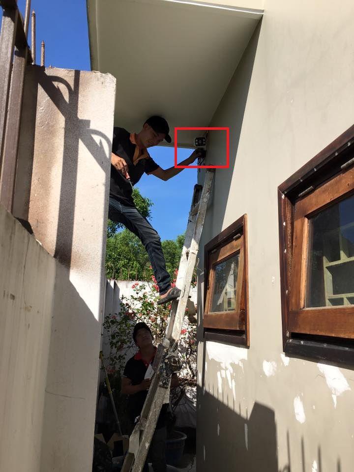 kỹ thuật viên lắp đặt camera giám sát tại quận 2