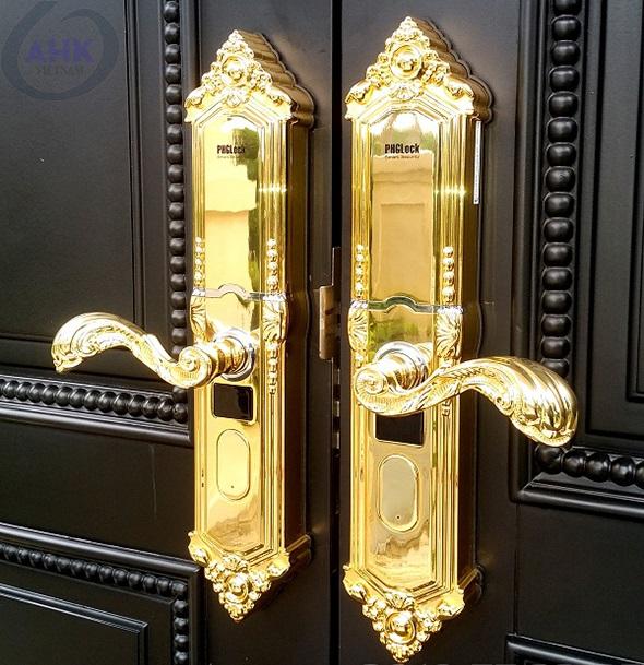 Khóa Cửa Vân Tay Cho Biệt Thự  Khóa cửa vân tay lắp đặt phổ biến cho Biệt Thự, đảm bảo an ninh, an toàn, tiện ... Đó là mẫu khóa có sự tích hợp nhiều tính năng: vân tay, mã số, thẻ từ, chìa cơ