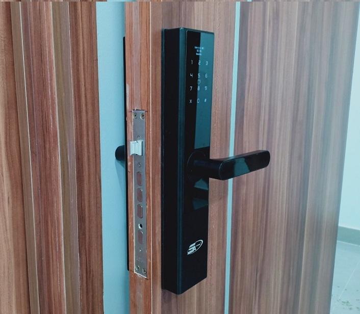 Cửa bằng gỗ tự nhiên thường có phần đố cửa: Nếu đố cửa của gia đình bạn có độ rộng trên 11 cm thì sẽ lắp được tất cả các mẫu khóa cửa