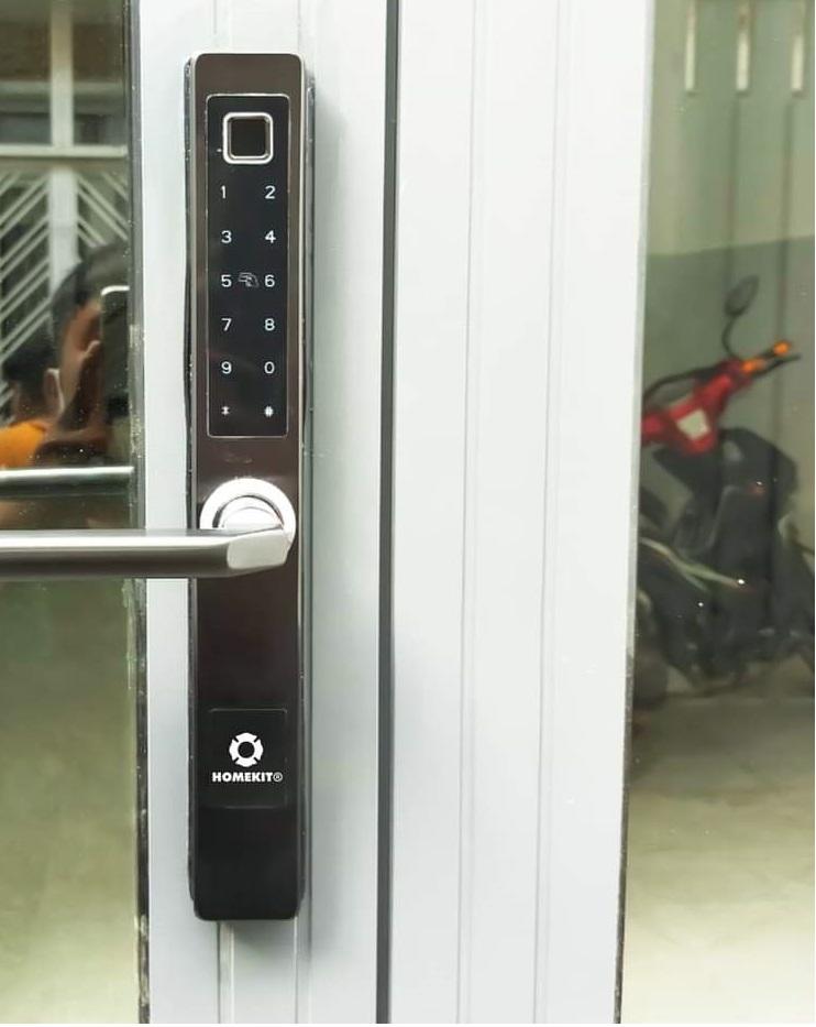 Khóa cửa cho văn phòng loại nào phù hợp nhất? - Khóa điện tử Tại sao cần lắp khóa cửa vân tay cho phòng Sếp? Phòng của Sếp nói chung thường được ngăn cách riêng biệt với khu làm việc của nhân viên. Đó có thể là