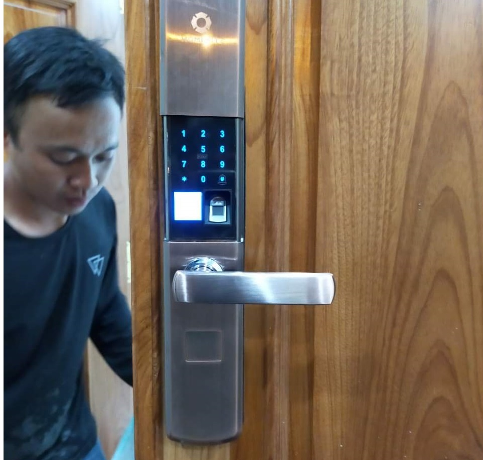 lăp khóa cửa từ, sửa khóa cửa từ, xử lý khóa cửa từ, khóa cửa bị kẹt,sự cố khóa cửa bị kẹt, lắp đặt khóa cửa từ, giải pháp lắp khóa cửa từ thông minh